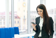 Νέα επιχειρησιακή γυναίκα που μιλά σε κινητό Στοκ Φωτογραφίες