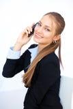 Νέα επιχειρησιακή γυναίκα που μιλά στο τηλέφωνο κυττάρων Στοκ Φωτογραφία