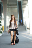 Νέα επιχειρησιακή γυναίκα που περπατά έξω από το plaza αγορών με την Στοκ Φωτογραφία