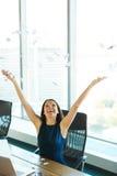 Νέα επιχειρησιακή γυναίκα που ρίχνει τη γραφική εργασία στον αέρα Επιχείρηση Π Στοκ Φωτογραφία