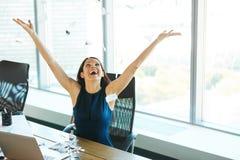 Νέα επιχειρησιακή γυναίκα που ρίχνει τη γραφική εργασία στον αέρα Επιχείρηση Π Στοκ Εικόνα