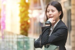 Νέα επιχειρησιακή γυναίκα που φορά smartwatch στον καρπό της Στοκ εικόνα με δικαίωμα ελεύθερης χρήσης