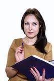 Νέα επιχειρησιακή γυναίκα που χαμογελά με έναν φάκελλο των εγγράφων στα χέρια Στοκ Εικόνα