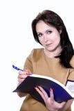 Νέα επιχειρησιακή γυναίκα που χαμογελά με έναν φάκελλο των εγγράφων στα χέρια Στοκ Εικόνες