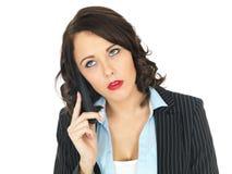 Νέα επιχειρησιακή γυναίκα που χρησιμοποιεί ένα τηλέφωνο Στοκ Εικόνες