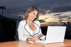 Νέα επιχειρησιακή γυναίκα πολύ ευχαριστημένη από την πιστωτική κάρτα Στοκ εικόνα με δικαίωμα ελεύθερης χρήσης