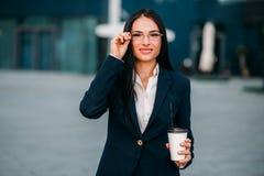 Νέα επιχειρησιακή γυναίκα στα γυαλιά και το κοστούμι στοκ φωτογραφία