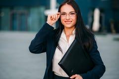Νέα επιχειρησιακή γυναίκα στα γυαλιά και το κοστούμι στοκ εικόνες