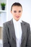 Νέα επιχειρησιακή γυναίκα στην αρχή επιχειρησιακή έννοια επι& Στοκ Εικόνες