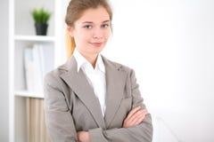 Νέα επιχειρησιακή γυναίκα στην αρχή επιχειρησιακή έννοια επι& Στοκ Φωτογραφίες