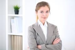 Νέα επιχειρησιακή γυναίκα στην αρχή επιχειρησιακή έννοια επι& Στοκ Φωτογραφία