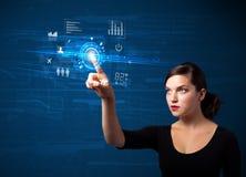 Νέα επιχειρησιακή γυναίκα σχετικά με τα μελλοντικά κουμπιά τεχνολογίας Ιστού και Στοκ εικόνες με δικαίωμα ελεύθερης χρήσης