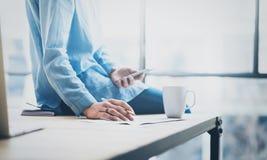 Νέα επιχειρησιακή γυναίκα φωτογραφιών που εργάζεται με το νέο πρόγραμμα ξεκινήματος στο σύγχρονο coworking γραφείο Ξύλινος πίνακα Στοκ φωτογραφία με δικαίωμα ελεύθερης χρήσης