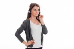 Νέα επιχειρησιακή κυρία ομορφιάς με το ακουστικό και μικρόφωνο σε ομοιόμορφο που απομονώνεται στο άσπρο υπόβαθρο Στοκ φωτογραφία με δικαίωμα ελεύθερης χρήσης