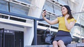 Νέα επιχειρησιακή κυρία που κάνει selfies στο κινητό τηλέφωνο φιλμ μικρού μήκους