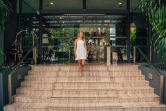 Νέα επιχειρησιακή κυρία που περπατά κάτω από τα σκαλοπάτια Στοκ Εικόνα