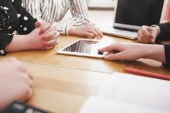 Νέα επιχειρησιακή ομάδα που εργάζεται στο γραφείο γραφείων με ηλεκτρονικό devic Στοκ Εικόνα