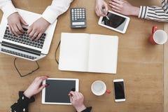 Νέα επιχειρησιακή ομάδα που εργάζεται στο γραφείο γραφείων με ηλεκτρονικό devic Στοκ εικόνα με δικαίωμα ελεύθερης χρήσης