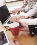 Νέα επιχειρησιακή ομάδα που εργάζεται στο γραφείο γραφείων με ηλεκτρονικό devic Στοκ φωτογραφία με δικαίωμα ελεύθερης χρήσης