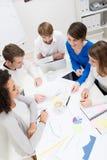 Νέα επιχειρησιακή ομάδα που πραγματοποιεί μια συνεδρίαση Στοκ Εικόνα