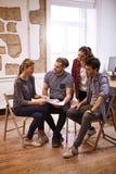 Νέα επιχειρησιακή ομάδα που φαίνεται πολύ ενδιαφερόμενη Στοκ Φωτογραφίες