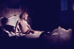 Νέα λεπτή γυναίκα που βρίσκεται στο κρεβάτι στοκ φωτογραφίες με δικαίωμα ελεύθερης χρήσης