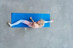 Νέα λεπτή ξανθή γυναίκα που κάνει τις ασκήσεις γιόγκας στοκ φωτογραφίες με δικαίωμα ελεύθερης χρήσης