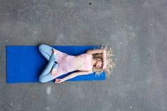 Νέα λεπτή ξανθή γυναίκα που κάνει τις ασκήσεις γιόγκας στοκ φωτογραφία με δικαίωμα ελεύθερης χρήσης