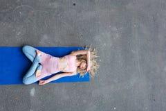 Νέα λεπτή ξανθή γυναίκα που κάνει τις ασκήσεις γιόγκας στοκ εικόνα με δικαίωμα ελεύθερης χρήσης
