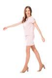 Νέα λεπτή όμορφη γυναίκα στη ρόδινη τοποθέτηση φορεμάτων Στοκ Εικόνες
