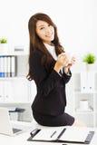Νέα εργασία επιχειρησιακών γυναικών στην αρχή Στοκ φωτογραφία με δικαίωμα ελεύθερης χρήσης