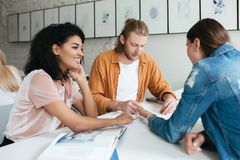 Νέα εργασία ομάδων ανθρώπων μαζί στην αρχή Ομάδα σπουδαστών που μελετούν μαζί στην τάξη Δροσερά άτομο και δύο Στοκ φωτογραφία με δικαίωμα ελεύθερης χρήσης