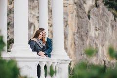 Νέα ερωτευμένη τοποθέτηση ζευγών υπαίθρια Στοκ φωτογραφίες με δικαίωμα ελεύθερης χρήσης