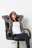 Νέα εταιρική γυναίκα που χαλαρώνει ή που εκφράζει την τεμπελιά στοκ φωτογραφία