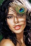 Νέα ευαίσθητη γυναίκα brunette με το peacock Στοκ εικόνα με δικαίωμα ελεύθερης χρήσης