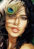 Νέα ευαίσθητη γυναίκα brunette με το peacock Στοκ φωτογραφία με δικαίωμα ελεύθερης χρήσης