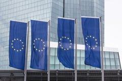 Νέα Ευρωπαϊκή Κεντρική Τράπεζα στη Φρανκφούρτη Γερμανία με τις σημαίες της Ευρώπης Στοκ Φωτογραφίες