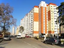 Νέα ευρύχωρη γειτονιά με τα όμορφα μεγάλα σπίτια στοκ εικόνα με δικαίωμα ελεύθερης χρήσης