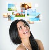 Νέα ευτυχής γυναίκα με τις μνήμες διακοπών ταξιδιού Στοκ φωτογραφία με δικαίωμα ελεύθερης χρήσης