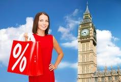 Νέα ευτυχής γυναίκα με τις τσάντες αγορών πέρα από Big Ben Στοκ εικόνες με δικαίωμα ελεύθερης χρήσης