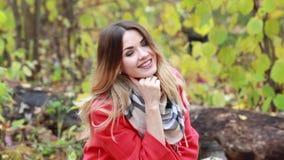 Νέα ευτυχής γυναίκα που περπατά στο δάσος φθινοπώρου απόθεμα βίντεο