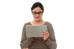 Νέα ευτυχής γυναίκα που χρησιμοποιεί έναν υπολογιστή ταμπλετών ενάντια στο λευκό Στοκ φωτογραφία με δικαίωμα ελεύθερης χρήσης