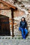 Νέα ευτυχής γυναίκα σε Corvin Castle, Ρουμανία στοκ φωτογραφία με δικαίωμα ελεύθερης χρήσης