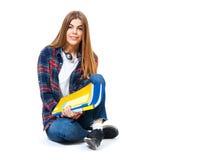 Νέα ευτυχής γυναίκα σπουδαστής με τα βιβλία που απομονώνεται στο λευκό Στοκ Φωτογραφίες
