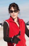 Νέα ευτυχής γυναίκα χειμερινό να κάνει σκι Στοκ φωτογραφία με δικαίωμα ελεύθερης χρήσης