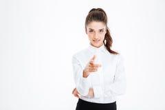 Νέα ευτυχής επιχειρηματίας που δείχνει στη κάμερα Στοκ Εικόνες