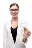 Νέα ευτυχής επιχειρησιακή γυναίκα που χαμογελά και που κρατά Στοκ Εικόνες