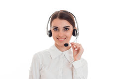Νέα ευτυχής επιχειρησιακή κυρία με το ακουστικό και το μικρόφωνο που εξετάζουν τη κάμερα και χαμόγελο που απομονώνεται στο άσπρο  Στοκ φωτογραφίες με δικαίωμα ελεύθερης χρήσης