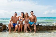 Νέα ευτυχής διασκέδαση havin φίλων στην παραλία στοκ εικόνες με δικαίωμα ελεύθερης χρήσης