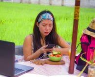 Νέα ευτυχής και αρκετά ψηφιακή ασιατική κορεατική γυναίκα νομάδων που παίρνει την εικόνα της σαλάτας φρούτων με την κινητή τηλεφω Στοκ φωτογραφία με δικαίωμα ελεύθερης χρήσης